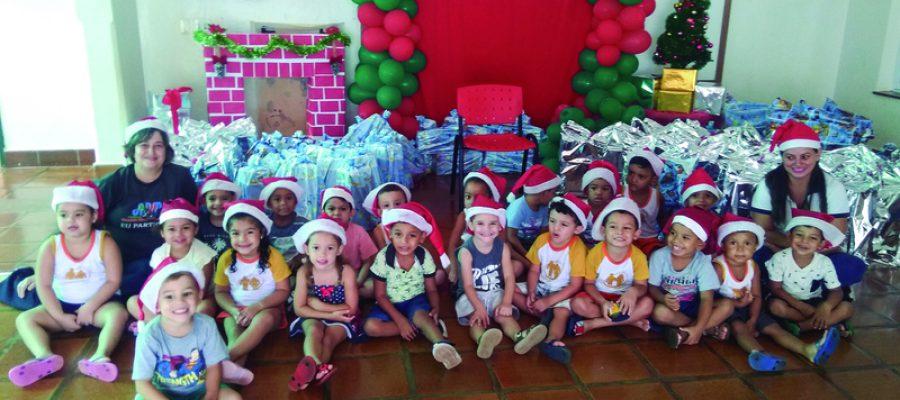 Papai Noel distribui presentes doados pela Usina Colorado na Casa da Criança Armanda Malvina de Mendonça