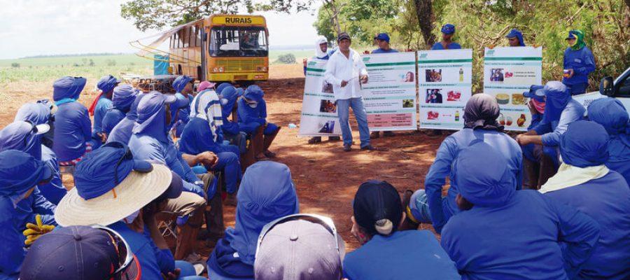 Trabalhadores rurais recebem orientação sobre o uso do soro reidratante