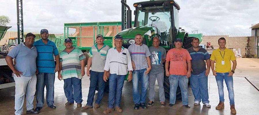 Colorado Máquinas faz entrega do  Programa 'Meu Primeiro John Deere  para clientes de Aramina e  Patrocínio Paulista